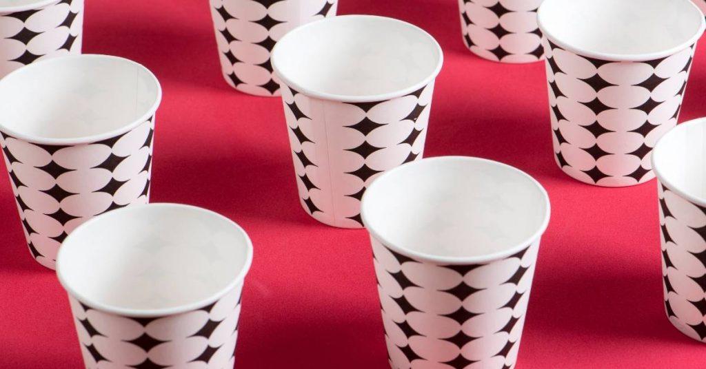 Servicio de agua en vasos de papel